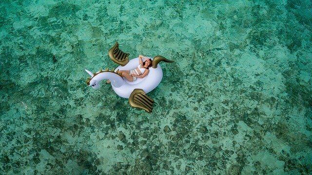 Einhorn Schwimmring im Wasser